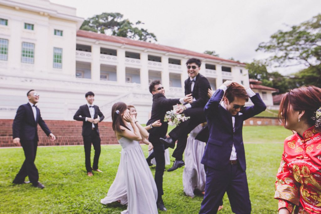 singapore wedding photographer videographer chinese groom bride groomsmen brothers sisters bridesmaids group photo fort canning hotel bouquet toss